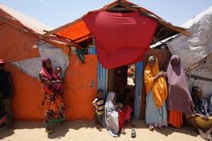 """Personas desplazadas dentro del campamento """"KM-13"""" en las afueras de Mogadiscio."""
