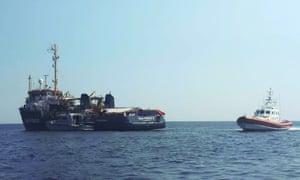 Un barco de la Guardia Costera italiana junto a Sea-Watch 3