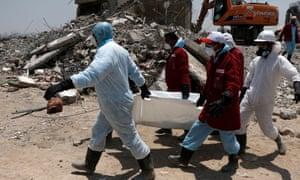 Los médicos llevan el cuerpo de una víctima presuntamente asesinada en ataques aéreos por aviones de combate de la coalición liderada por Arabia Saudita el 1 de septiembre.
