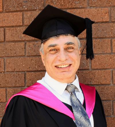 Foto de graduación del Maestro Nabil en interpretación y traducción, 2018