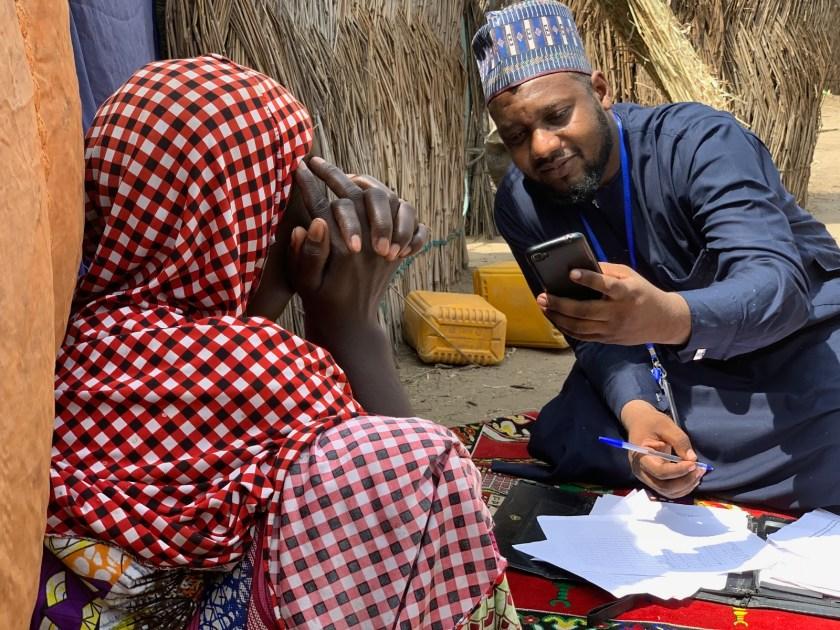 Una investigación en curso en Monguno, Nigeria. Los teléfonos móviles y las tabletas son omnipresentes en los esfuerzos de recopilación de datos humanitarios. Sin embargo, la mayoría de las herramientas móviles no admiten la grabación continua de audio mientras se administra la encuesta. Foto: Eric DeLuca, Traductores sin Fronteras