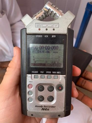 Una grabadora de voz digital en Maiduguri, Nigeria, sirve como una herramienta simple y de baja tecnología para capturar encuestas completas. Foto: Eric DeLuca / Traductores sin fronteras