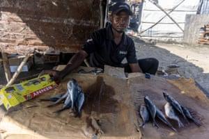 Thobile Gwame, de 24 años, pescadero y residente de Praia Nova en Beira, dice que el negocio sigue lentamente al ciclón Idai