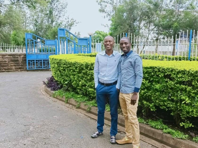 Cédrick Irakoze, a la derecha, con Paul Warambo, director de TWB Kenya, a la izquierda.