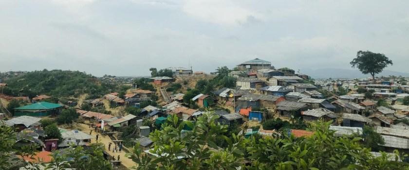 La señalización en los campos de refugiados rohingya incluye una foto
