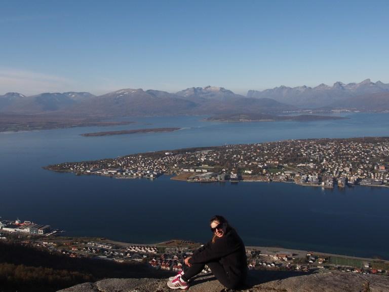 Maria Paula Gorgone se sienta en la cima de una colina después de una caminata.