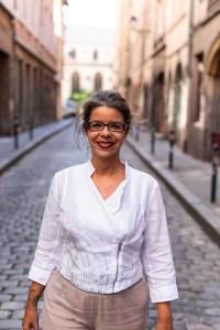 Barbara Pissane de pie en una calle de la ciudad.